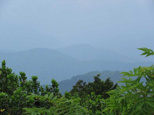 平家岳山頂(1,441.5m)から真ん中に見えるのが荒島岳