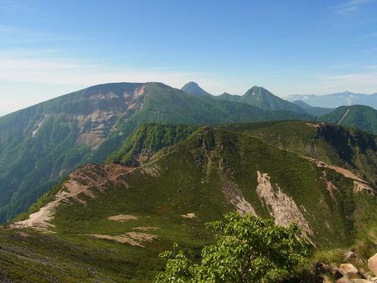 東天狗岳山頂から硫黄岳、赤岳、中岳、阿弥陀岳