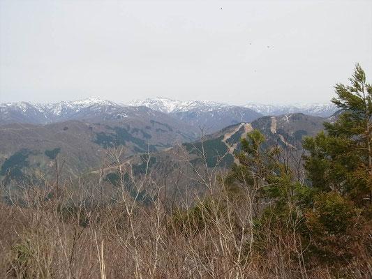 鷲走ケ岳山頂より 左、大笠。 右、笈ケ岳。