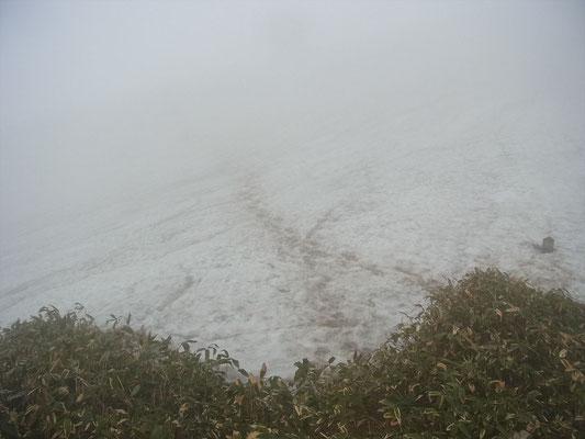 小屋手前の雪渓、ガスで向こうが見えません。