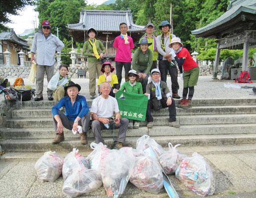 下山後 三宮神社前でゴミ袋とともに納まって