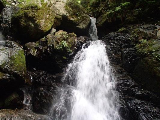 6Mシャワー滝 奥の上段が登れず左の2つの大岩の下の穴をくぐる