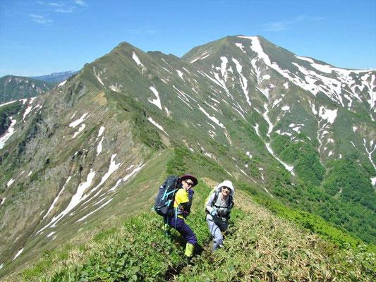 エビス大黒の頭と仙ノ倉岳をバックにK西さんとY森です