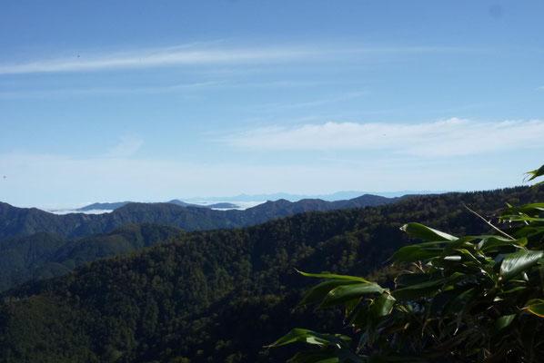 避難小屋前から遠くに剱岳、立山、薬師岳。