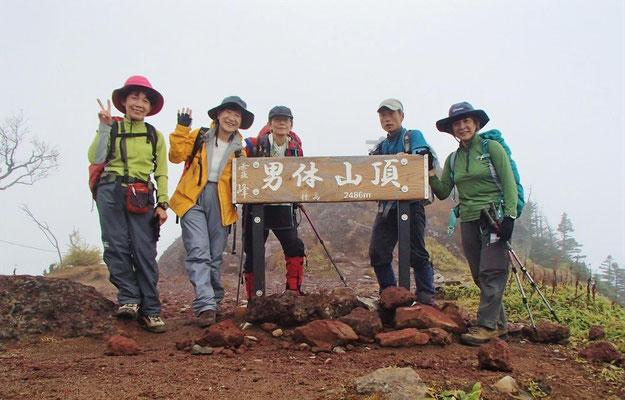 男体山(2,486m)の山頂標識で
