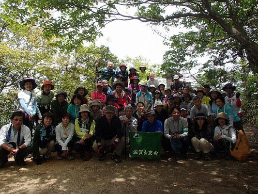 山頂付近で全員集まっての集合写真。この時ちょうど50人でした。