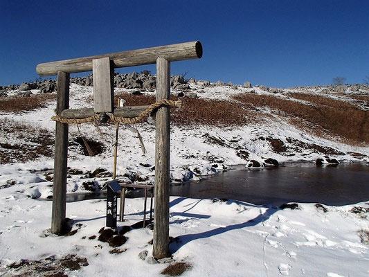 お虎ヶ池は全面凍ってました