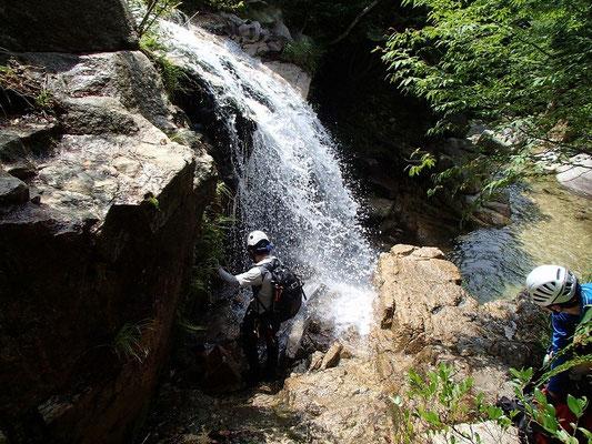 ツメカリ谷の裏見の滝