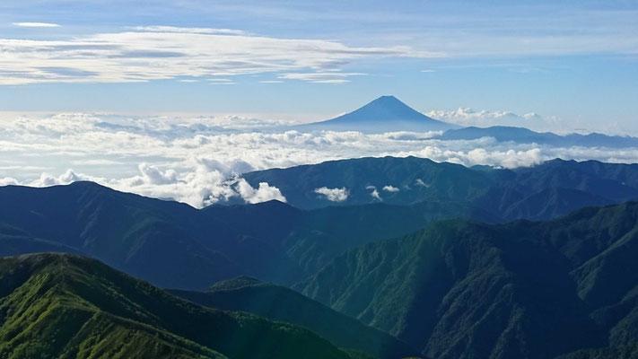 北岳(3,193m)山頂から雲海に浮かぶ富士山