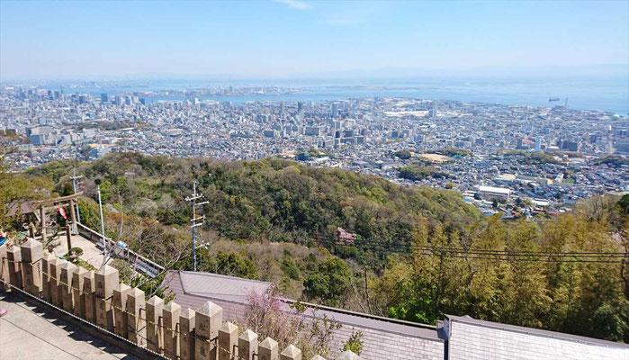 神戸市街と瀬戸内海(神戸港あたりか)右には、淡路島も見えました