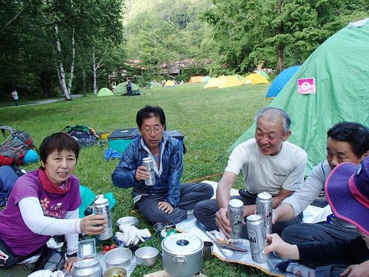 徳沢まで下りてきました。ここで豊田チームとハイキング部と合流