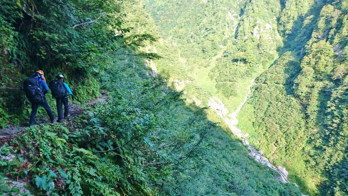9/16 谷の奥に歩いて行く水平歩道が確認できます