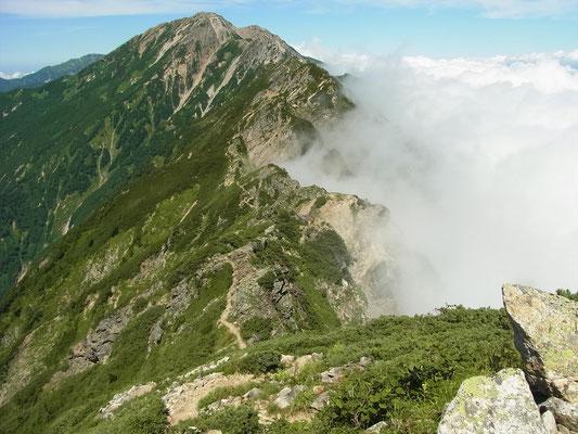 鹿島槍北峰手前あたりから、振り返り五竜岳と縦走路