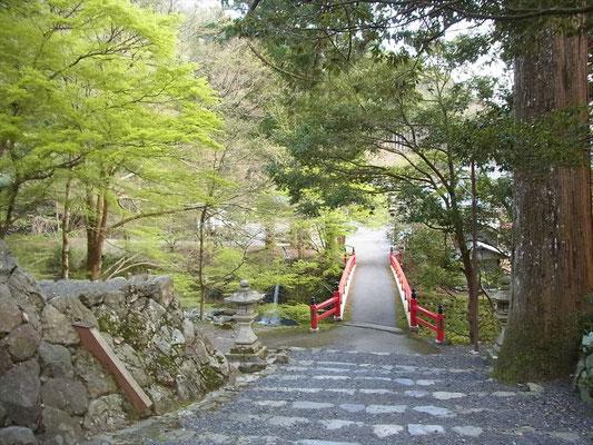18:00頃、明王院の赤い橋に下山。長かった~。
