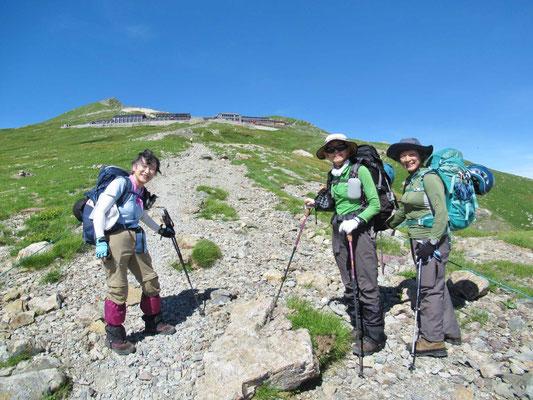 稜線に出ると、白馬岳と白馬山荘が眼前に