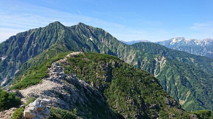 北尾根の頭手前から、これから登る鹿島槍ケ岳