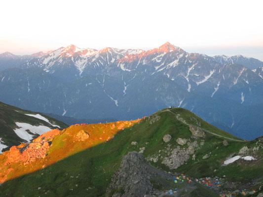 白馬山荘前から剱岳と立山方面の山々