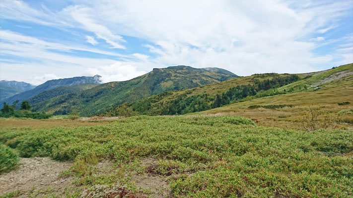 太郎平小屋前から黒部五郎岳(やや左)と北ノ俣岳(中央)