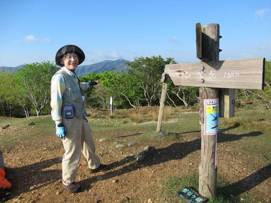 蛇谷ケ峰山頂にて 遠くにこれから歩く釣瓶岳と武奈ケ岳