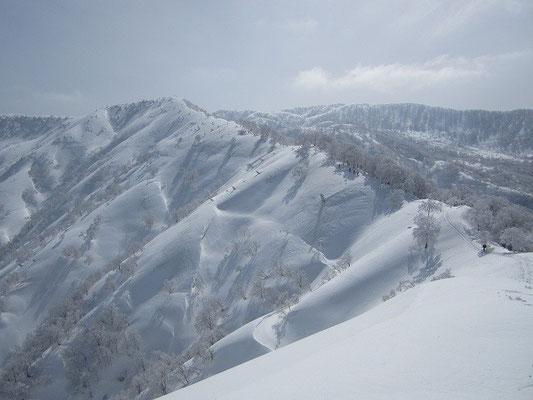 持篭山から次のピーク△1,209mへのきれいな稜線。