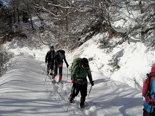 空青く、雪白く、楽しい雪山歩きです