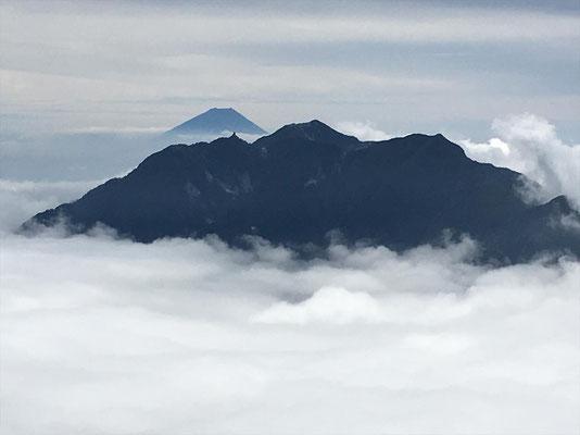 鳳凰三山の後ろに富士山(O氏撮影)