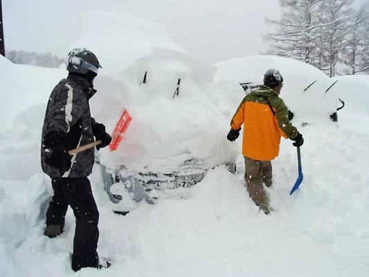 三日間で車の上に1m以上積もった雪をどけて