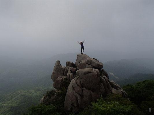 重ね岩に着きました。バンザーイ