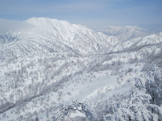 △1,261mからの荒島岳とモッカ平。