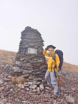 硫黄岳から夏沢峠の間にいくつかケルンがあります。まだ、かなり強風です