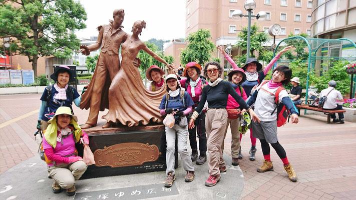 阪急宝塚駅前のタカラジェンヌのブロンズ像にて。一応 踊ってます