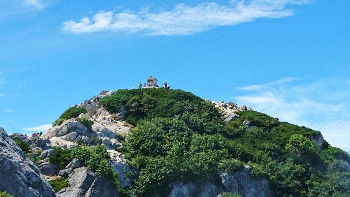 登山開始から7時間過ぎて漸く山頂が見えました。