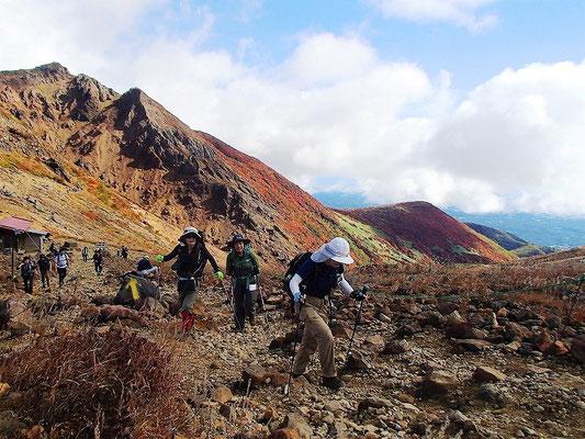 峰の茶屋跡から茶臼岳への登り。こちらは紅葉はなく、ガレ場が続く。