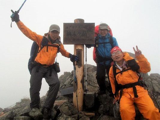 ここが仙丈ケ岳山頂(看板の文字もよく見えない)