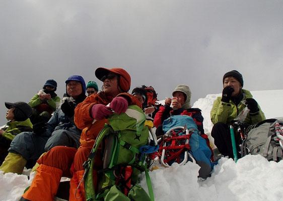 山頂から風下に少し下がったところで昼食休憩