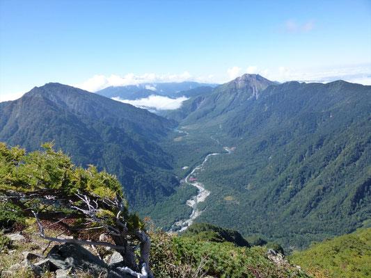 梓川と右上に焼岳