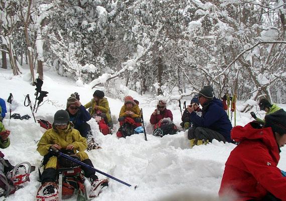 予想以上の積雪で(この辺りで160cm)時間がかかり、700m地点で昼食休憩