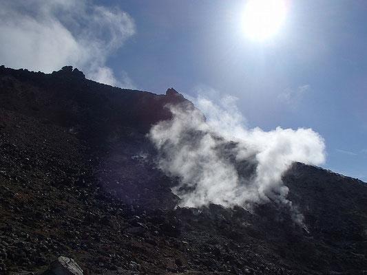 茶臼岳の噴気孔のすぐそばを通る、水平道を通りました。
