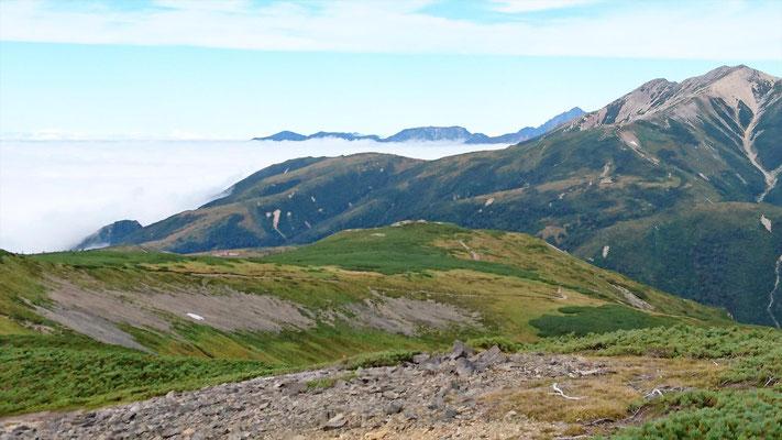 北ノ俣岳(2661.2m)山頂から薬師の奥に剱岳