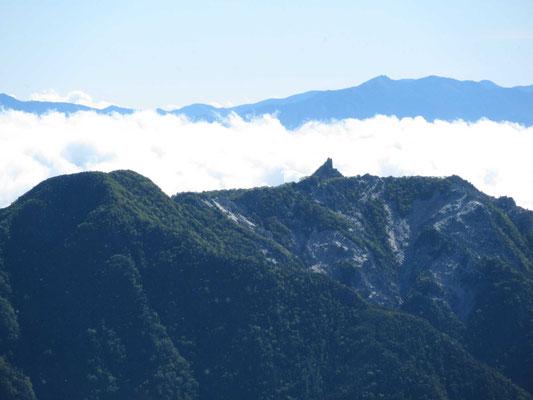 北岳(3,193m)山頂から鳳凰三山のオベリスク、アップ