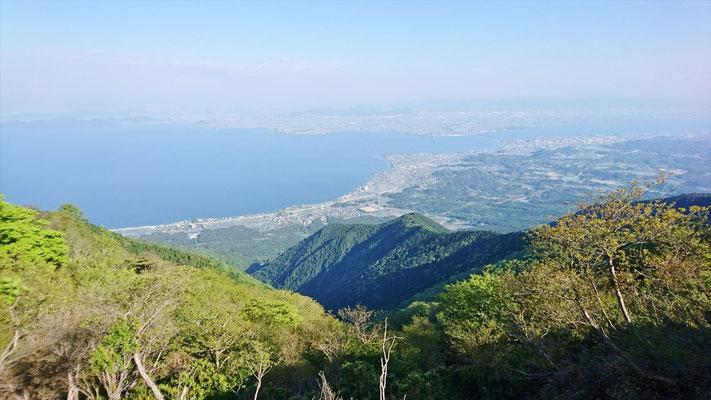 この琵琶湖の景色を見て歩きます。