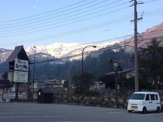 早朝、道の駅「白川郷」から望む野谷荘司山