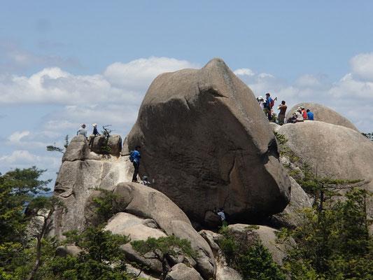 09岩の上にも大勢の人が…