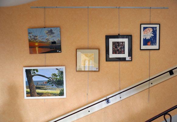 A droite, trois gravures de Suzanne Ghigher. A gauche, 2 peintures de Catherine Petit. Tout en haut de l'escalier.