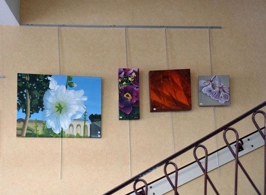 A gauche, peinture de Catherine Petit. A droite, trois peintures de Renée Hairault.