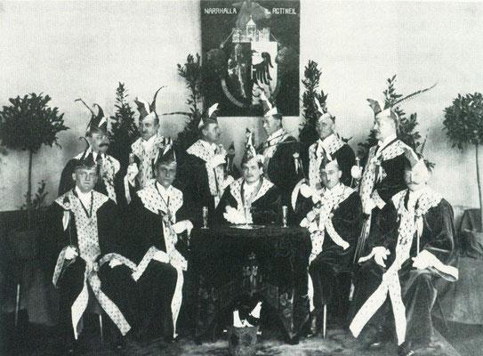 von links nach rechts stehend: Th. Gugel, Fr. Kerber, R. Gaus, E. Estermann, A. Maier, A. Linder - - - -  sitzend: Tanzlehrer Lajer, A. Nessler, Fr. Stehle, Sch. Mönch, Wilhelm Meier
