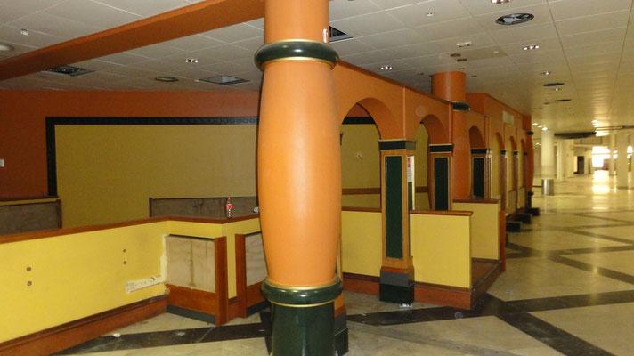 Mazur Taxi-Stand und Büro in der ehemaligen Flughafenhalle_A_Wien-Schwechat