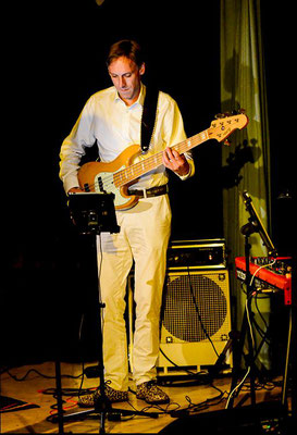 Bassist Werner Laher im Rathauskeller Pöchlarn | Foto: Franz Staufer