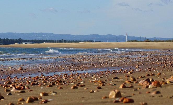 Blick vom spanischen Strand Richtung Portugal, ihr seht den Leuchtturm von Vila Real