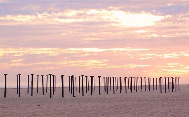 Zeugen des belebten Sommers am Strand von Manta Rota: in den Wintermonaten arbeitslose Sonnenschirmständer ... mir gefallen sie so besser ;)